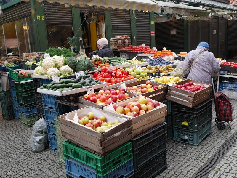 グダニスク グダンスク ダンツィヒ ポーランド グダニスク屋内市場 屋外には八百屋さん、量り売りをしてくれる @Hala Targowa