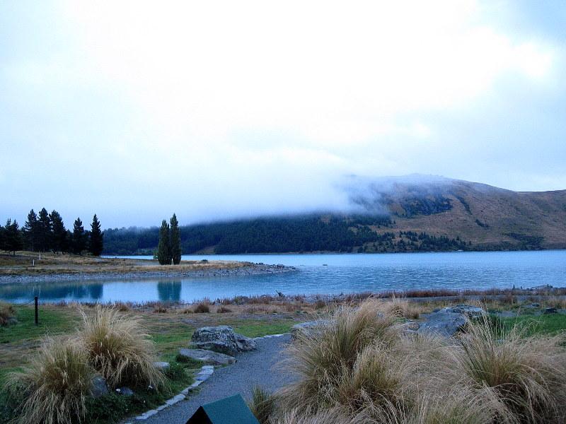 海外ツーリング ニュージーランド ロード オブ ザ リング オートバイレンタル ナルニア国物語 エレファント ロック 朝靄のテカポ湖 @Lake Tekapo