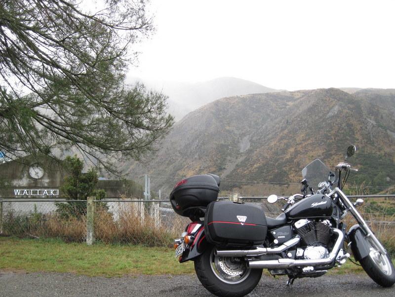 海外ツーリング ニュージーランド ロード オブ ザ リング オートバイレンタル ナルニア国物語 エレファント ロック 巨大ダムの前で一休憩 @Waitaki Dam Lookout
