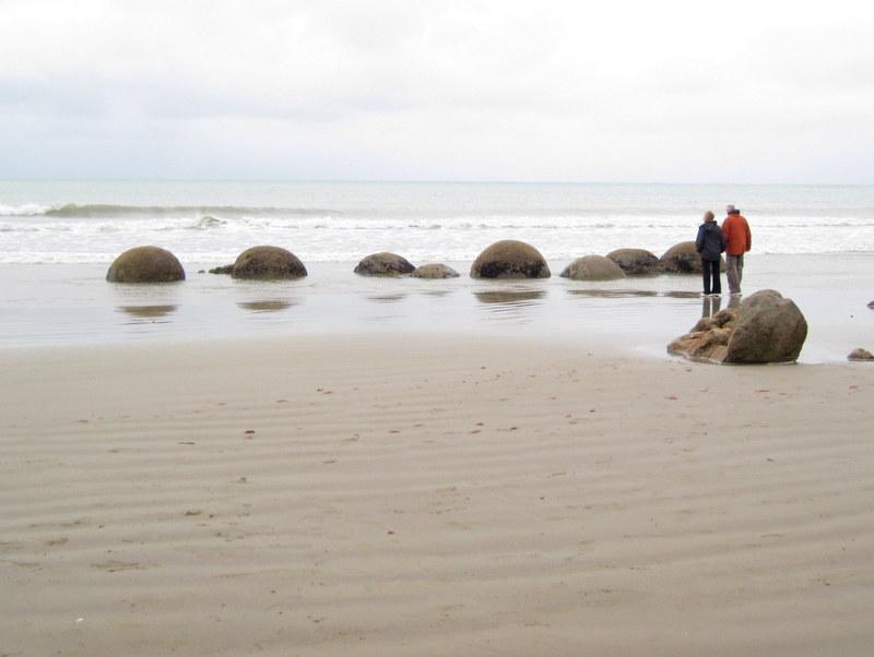 海外ツーリング ニュージーランド ロード オブ ザ リング オートバイレンタル 巨大石 モエラキ ボルダー 海辺に並ぶ巨大石