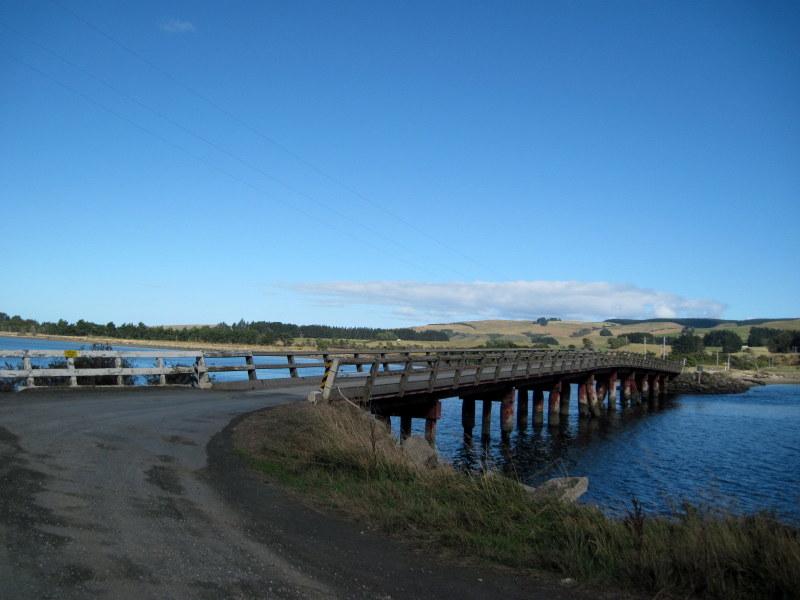 海外ツーリング ニュージーランド ロード オブ ザ リング オートバイレンタル ダニーデン カトリンズ地方 古い橋をわたる @Catlins Lake, Hinahina