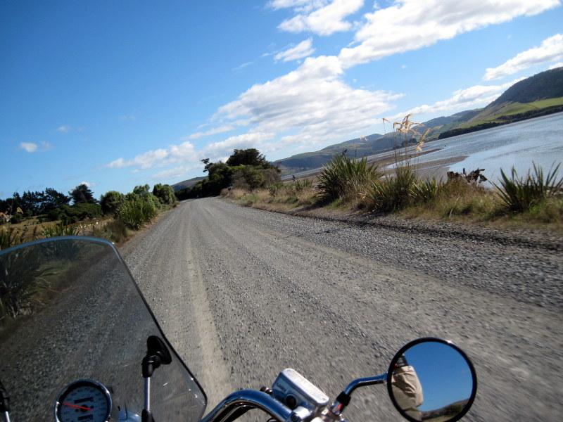 海外ツーリング ニュージーランド ロード オブ ザ リング オートバイレンタル ダニーデン カトリンズ地方 突然のダート道 @Catlins Lake, Hinahina