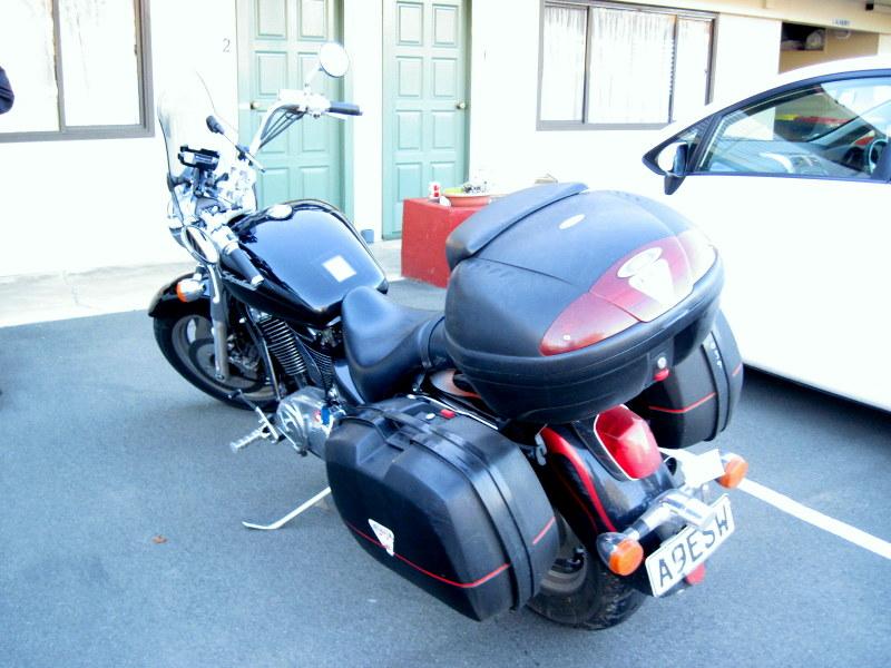 海外ツーリング ニュージーランド ロード オブ ザ リング オートバイレンタル インバカーギル モーテル扉前にバイクを駐車 @ASURE Townsman Motor Lodge