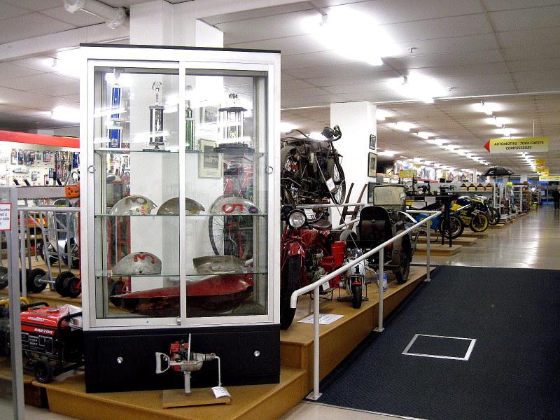 海外ツーリング ニュージーランド インバカーギル 世界最速のライダー バート マンロー 世界最速のインディアン バート・マンロー スピードの神に恋した男 店内の展示車両たち @E. Hayes & Sons Ltd