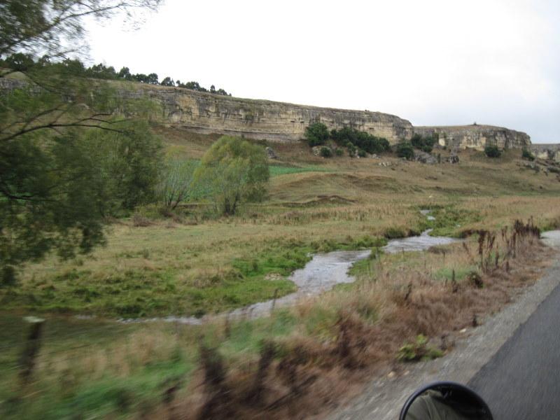 海外ツーリング ニュージーランド ロード オブ ザ リング オートバイレンタル ナルニア国物語 エレファント ロック 道路脇の奇岩 @Elephant Rocks