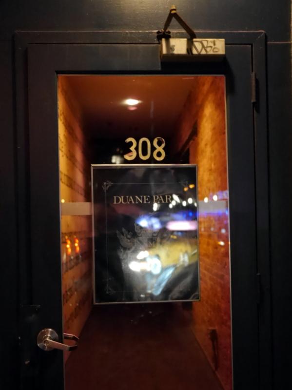 バーレスクと日本のストリップ劇場小史 Duane park の入口扉 @Duane park