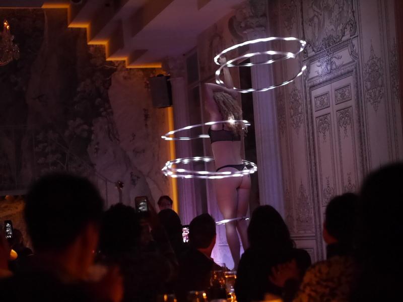バーレスクと日本のストリップ劇場小史 暗い店内に映える電飾フラフープ @Duane park
