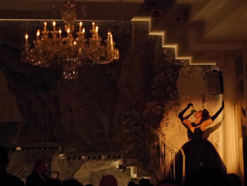 バーレスクと日本のストリップ劇場小史 登壇時は豪華、華麗な衣装。キメのポーズも痺れる @Duane park
