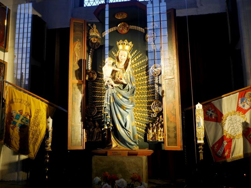 グダニスク グダンスク ダンツィヒ ポーランド 琥珀 聖ブリギダ教会 ヴェステルプラッテ 聖マリア教会 聖母マリアと幼子イエスの彫刻 1420年作 @St. Mary's Church, Gdańsk