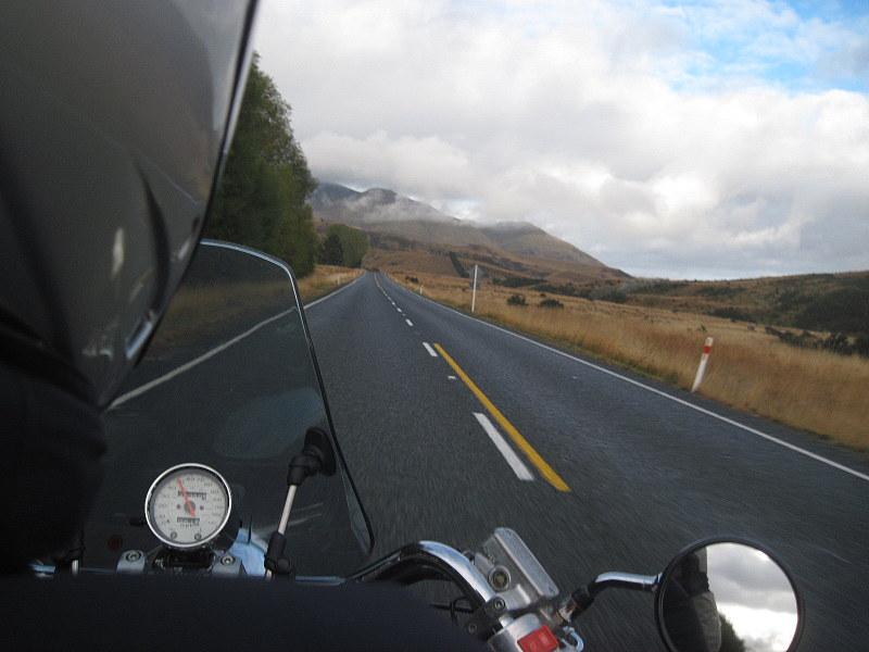 海外ツーリング ニュージーランド ロード オブ ザ リング オートバイレンタル ミルフォード サウンドに ミルフォード ロード フィヨルドクルーズ  テ・アナウ へ快調にホンダのアメリカンを飛ばす@Invercargil