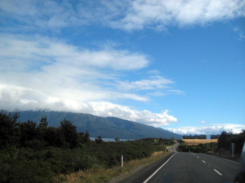 海外ツーリング ニュージーランド ロード オブ ザ リング オートバイレンタル ミルフォード サウンドに ミルフォード ロード フィヨルドクルーズ  ミルフォード・ロードの入口 @Milford Road
