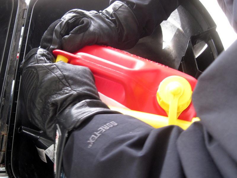 海外ツーリング ニュージーランド ロード オブ ザ リング オートバイレンタル ミルフォード サウンドに ミルフォード ロード フィヨルドクルーズ  しっかり蓋を閉め、固定してガソリンを搭載 @Te Anau