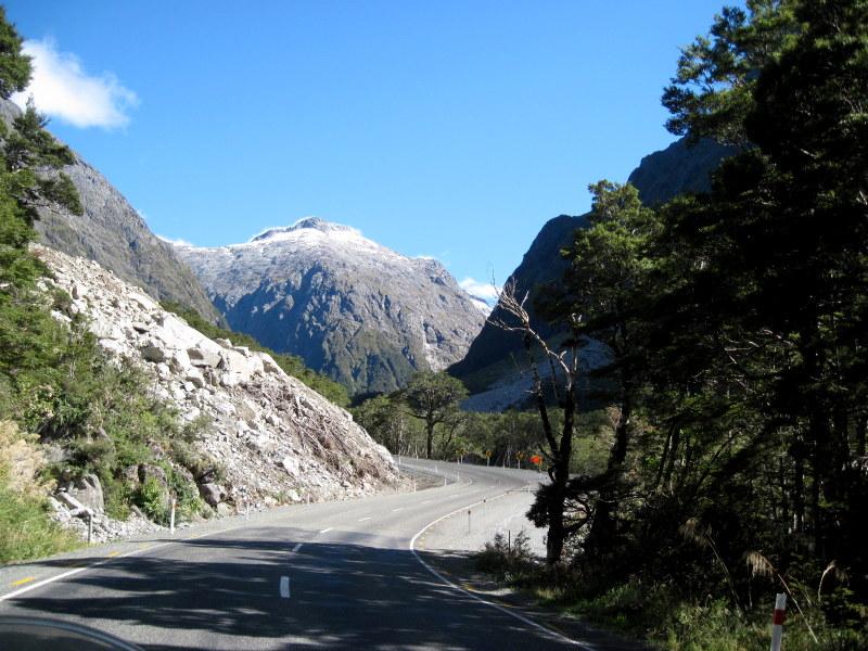 海外ツーリング ニュージーランド ロード オブ ザ リング オートバイレンタル ミルフォード サウンドに ミルフォード ロード フィヨルドクルーズ  ミルフォード・ロードの後半は山中 @Milford Road