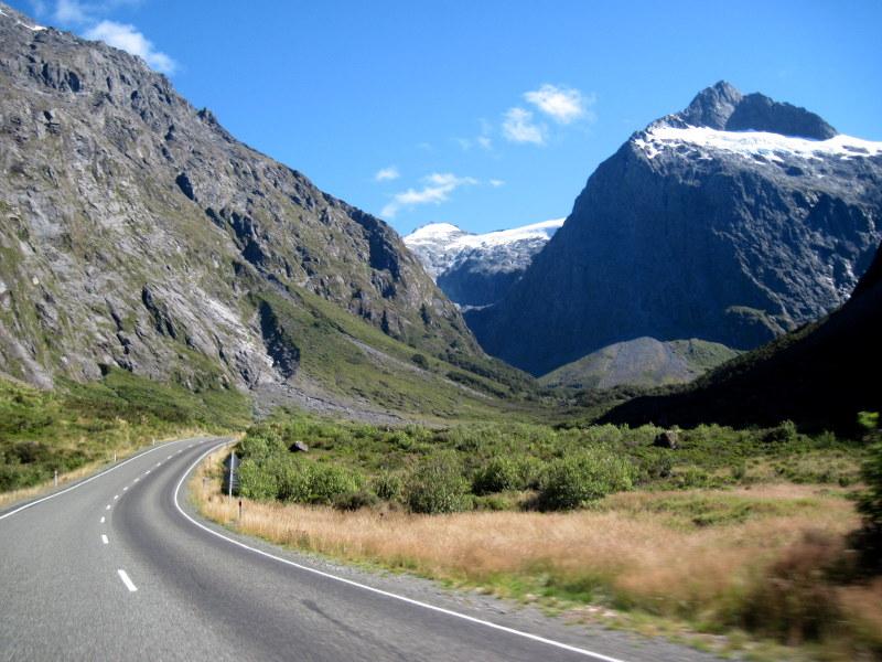 海外ツーリング ニュージーランド ロード オブ ザ リング オートバイレンタル ミルフォード サウンドに ミルフォード ロード フィヨルドクルーズ  雪をいただく山々 @Milford Road