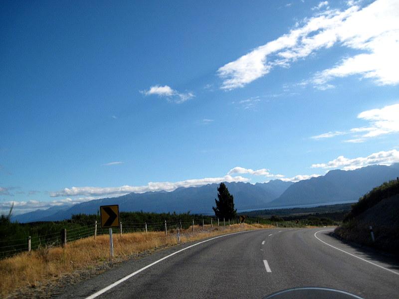 海外ツーリング ニュージーランド ロード オブ ザ リング オートバイレンタル ミルフォード サウンドに ミルフォード ロード フィヨルドクルーズ  道のかなたにテ・アナウ湖 @Milford Road