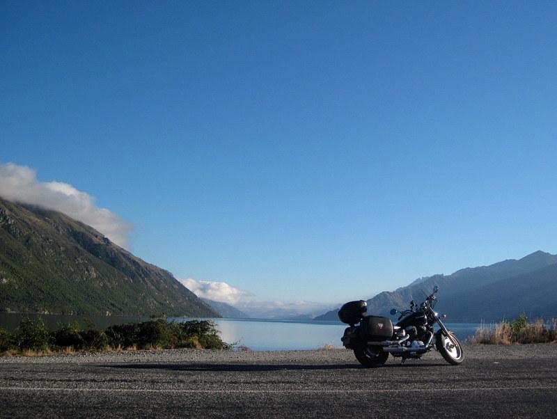海外ツーリング ニュージーランド ロード オブ ザ リング オートバイレンタル テ アナウ クイーンズタウン ワカティプ湖で一休憩 @Lake Wakatipu