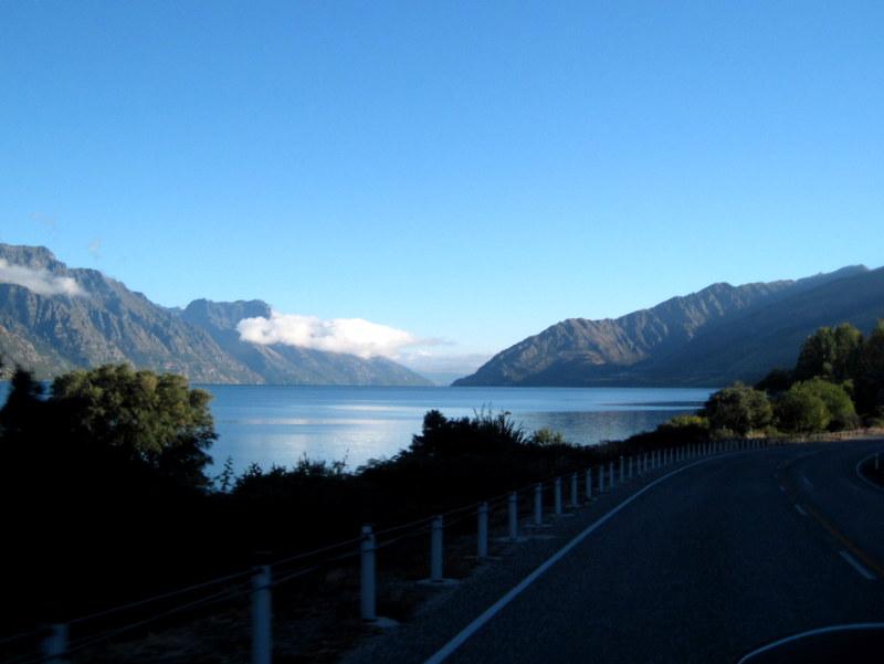海外ツーリング ニュージーランド ロード オブ ザ リング オートバイレンタル テ アナウ クイーンズタウン ワカティプ湖と連山 @Lake Wakatipu