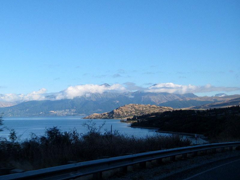 海外ツーリング ニュージーランド ロード オブ ザ リング オートバイレンタル テ アナウ クイーンズタウン 遠くにクイーンズタウンが見えてくる @Lake Wakatipu
