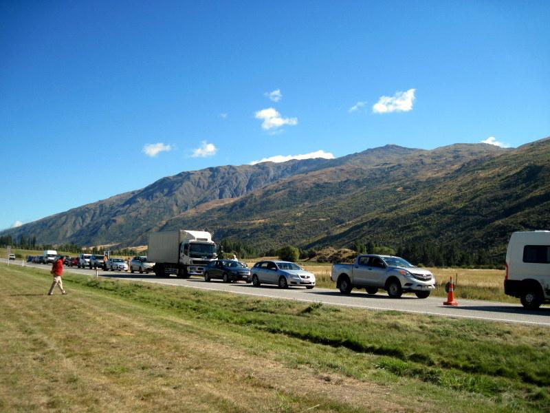 海外ツーリング ニュージーランド ロード オブ ザ リング オートバイレンタル テ アナウ クイーンズタウン ワイナリー セントラルオタゴ 好天の下の長い車列 @Gibbston