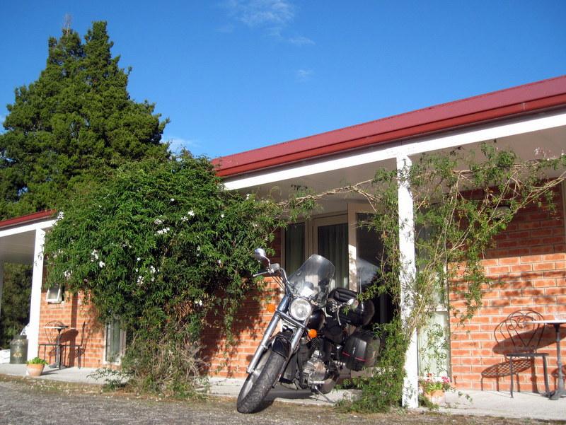 海外ツーリング ニュージーランド ロード オブ ザ リング オートバイレンタル フォックス グレーシャー ミスティピークス 部屋の前のバイク @Misty Peaks