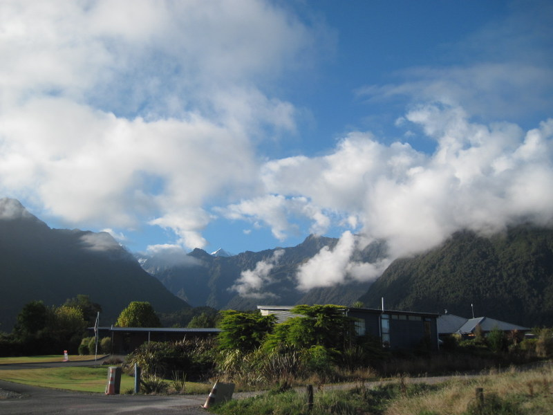 海外ツーリング ニュージーランド ロード オブ ザ リング オートバイレンタル フォックス グレーシャー ミスティピークス ロッジ前からの眺め @Misty Peaks