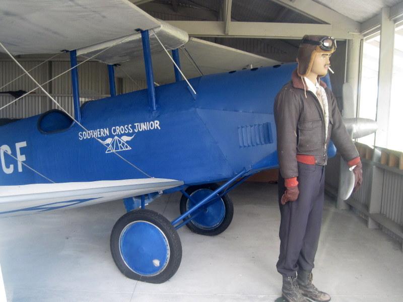 海外ツーリング ニュージーランド ロード オブ ザ リング オートバイレンタル ハリハリ タスマン海横断 ガイ メンジーズ  メンジーズの機体 アブロ・アブランのレプリカ @Harihari