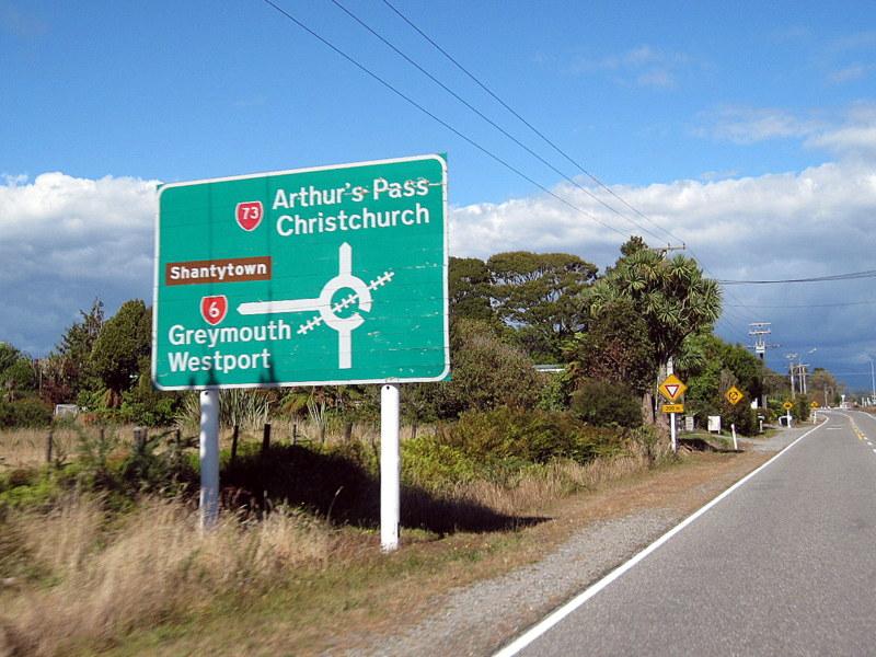 海外ツーリング ニュージーランド ロード オブ ザ リング オートバイレンタル グレイマウス 地ビール Monteith's  面白い看板 @Kumara Junction