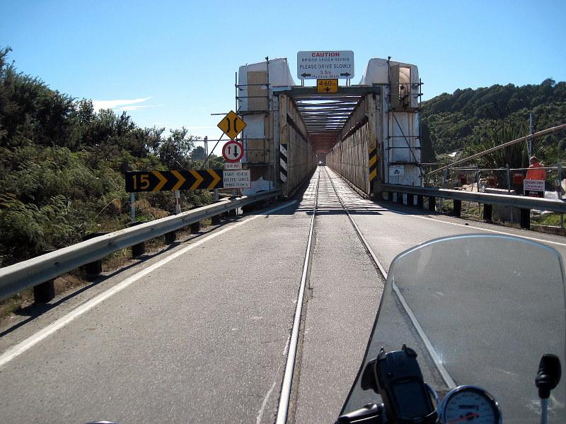 海外ツーリング ニュージーランド ロード オブ ザ リング オートバイレンタル グレイマウス 地ビール Monteith's  鉄道も共有する橋 @Taramakau Road-Rail Bridge