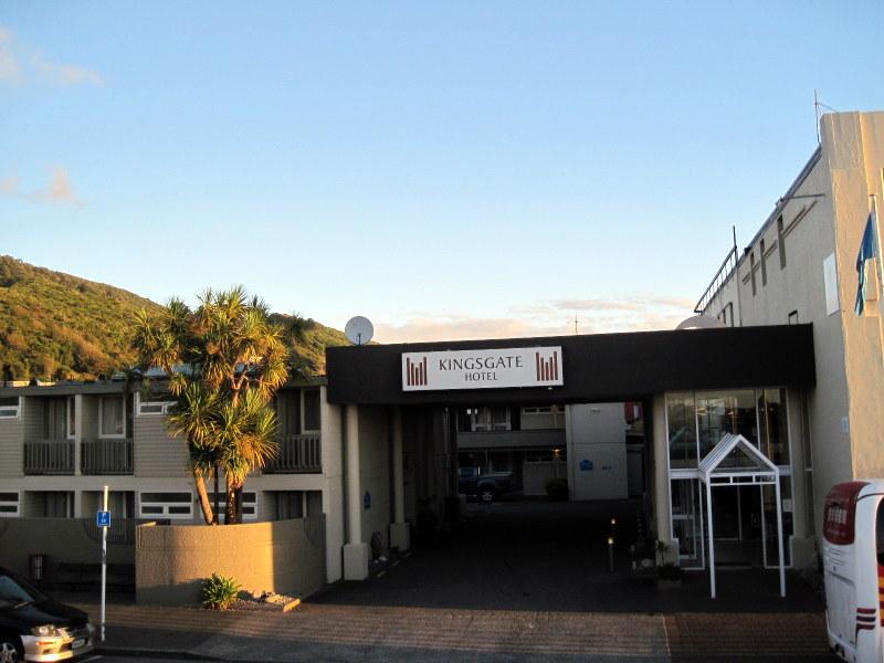海外ツーリング ニュージーランド ロード オブ ザ リング オートバイレンタル グレイマウス 地ビール Monteith's  ホテル外観 @Kingsgate Hotel Greymouth