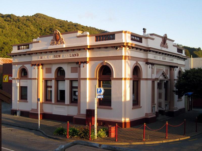 海外ツーリング ニュージーランド ロード オブ ザ リング オートバイレンタル グレイマウス 地ビール Monteith's  ホテル横の美術館建物 @Greymouth