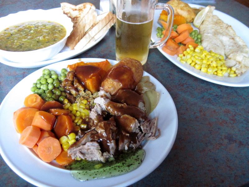 海外ツーリング ニュージーランド ロード オブ ザ リング オートバイレンタル グレイマウス 地ビール Monteith's  定食屋で夕食とビール @Greymouth