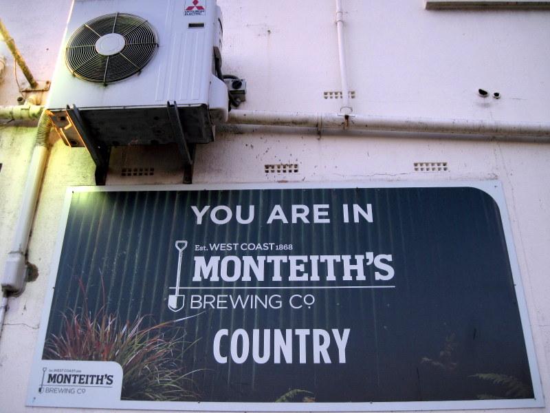 海外ツーリング ニュージーランド ロード オブ ザ リング オートバイレンタル グレイマウス 地ビール Monteith's  パブの看板 @Greymouth