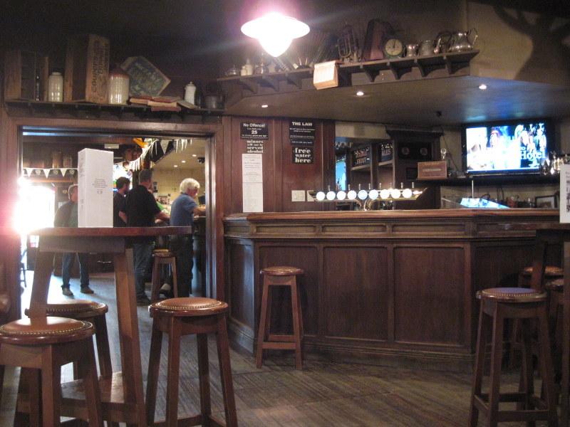 海外ツーリング ニュージーランド ロード オブ ザ リング オートバイレンタル グレイマウス 地ビール Monteith's  年季の入った店内 @Greymouth