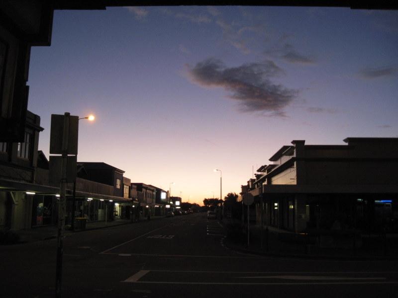 海外ツーリング ニュージーランド ロード オブ ザ リング オートバイレンタル グレイマウス 地ビール Monteith's  夕闇のグレイマウス @Greymouth