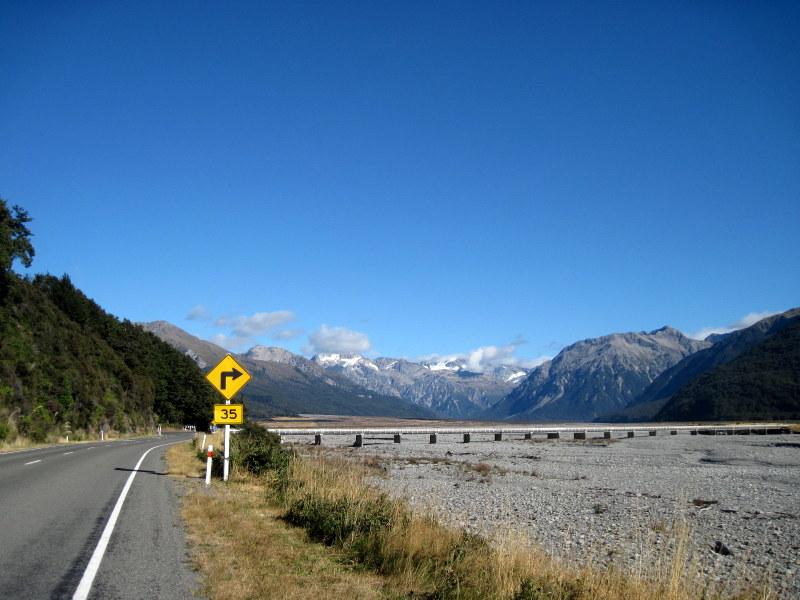 海外ツーリング ニュージーランド ロード オブ ザ リング オートバイレンタル サザンアルプス山脈 アーサーズ パス国立公園 翡翠街道 パイ専門店 広大な河原 @Arthur's Pass
