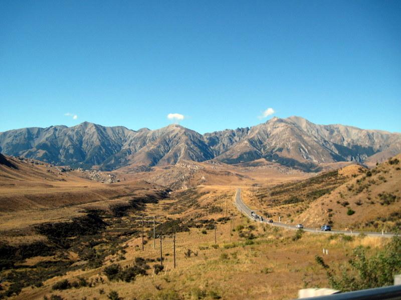 海外ツーリング ニュージーランド ロード オブ ザ リング オートバイレンタル サザンアルプス山脈 アーサーズ パス国立公園 翡翠街道 パイ専門店 森林限界を越えると草原が拡がる @Arthur's Pass