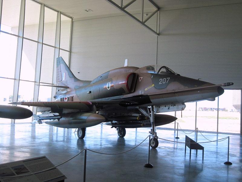 海外ツーリング ニュージーランド ロード オブ ザ リング オートバイレンタル クライストチャーチ ニュージーランド空軍博物館  ダグラス A-4 スカイホーク @Air Force Museum of New Zealand