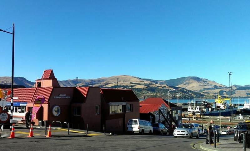 海外ツーリング-ニュージーランド編 7 / クライストチャーチ近郊の港街リトルトンのファーマーズマーケット、映画『ロード・オブ・ザ・リング』のロケ地本を読む