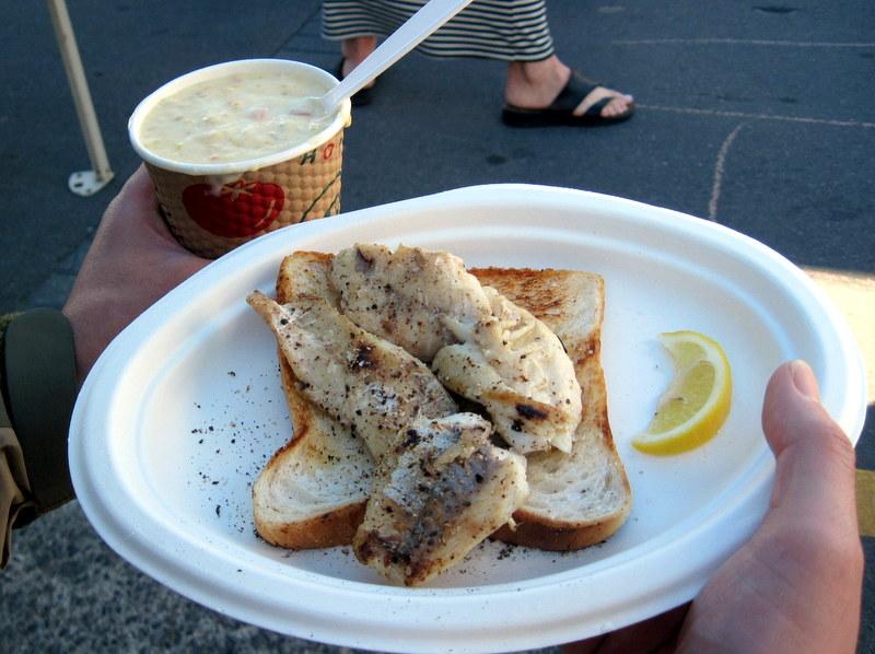 海外ツーリング ニュージーランド ロード オブ ザ リング オートバイレンタル   クライストチャーチ リトルトン 屋外市場 焼き魚とクラムチャウダー @Lyttelton