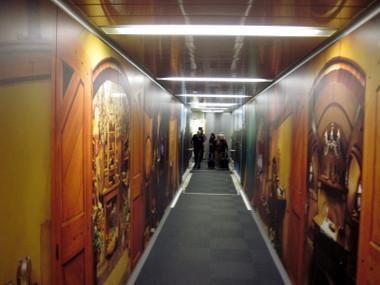 海外ツーリング ニュージーランド ロード オブ ザ リング オートバイレンタル ロケ地紹介本 映画『ホビット』のPR @Auckland International Airport
