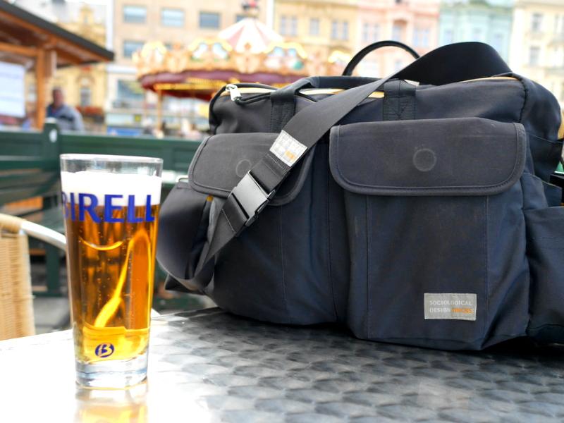 旅行鞄の決定版 ファザーズバッグ agnate  旅のお伴はいつも agnate @チェコの広場にて