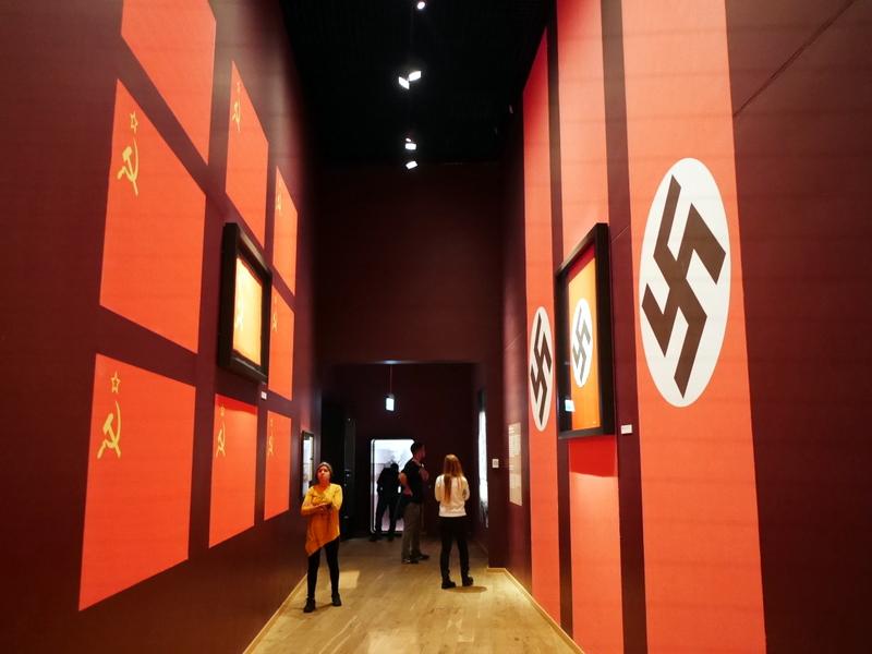 グダニスク グダンスク ダンツィヒ 博物館 戦争 ポーランド 第二次世界大戦博物館 ナチスとソ連の双方による侵略を象徴する壁 @Muzeum II Wojny Światowej w Gdańsku
