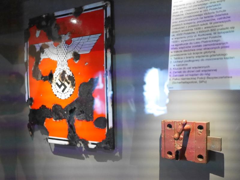 グダニスク グダンスク ダンツィヒ 博物館 戦争 ポーランド 第二次世界大戦博物館 グダニスク刑務所の門の看板と独房の錠前 @Muzeum II Wojny Światowej w Gdańsku