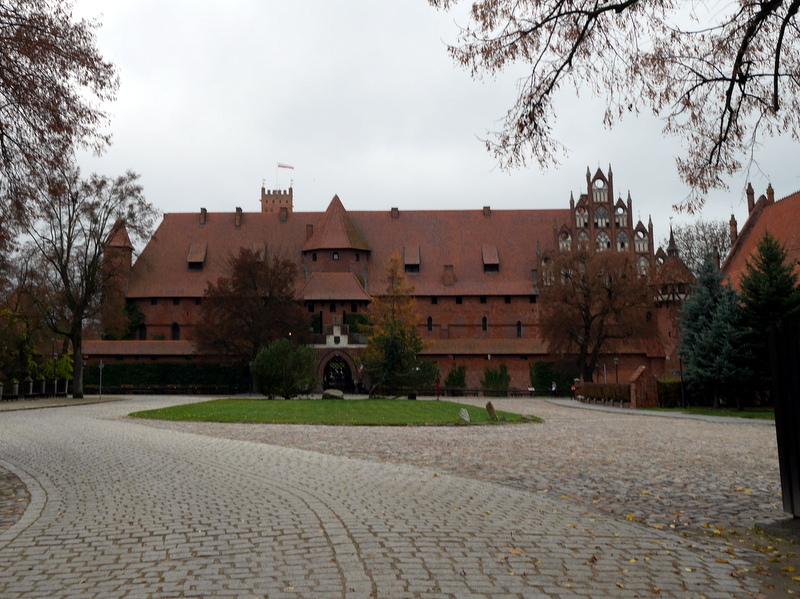 グダニスク ポーランド マルボルク城 タンネンベルクの戦い 北の十字軍 マリーエンブルク ドイツ騎士団  マルボルク城前の入口前広場から @Zamek w Malborku