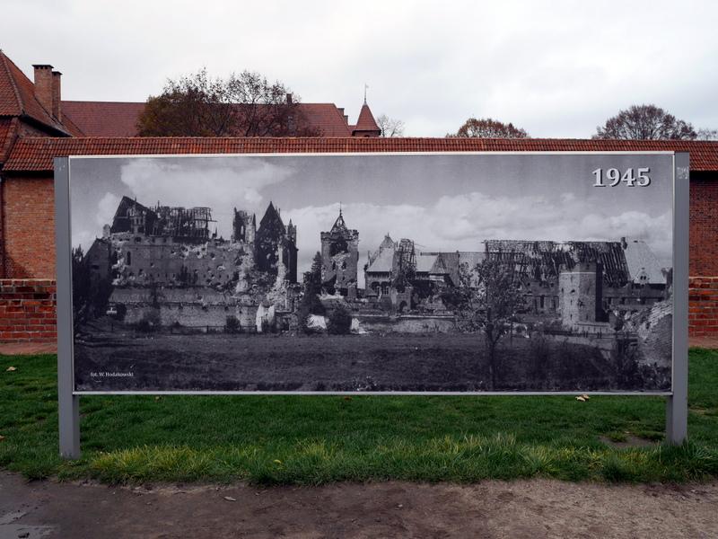 グダニスク ポーランド マルボルク城 タンネンベルクの戦い 北の十字軍 マリーエンブルク ドイツ騎士団   廃墟と化したマルボルク城のパネル @Zamek w Malborku