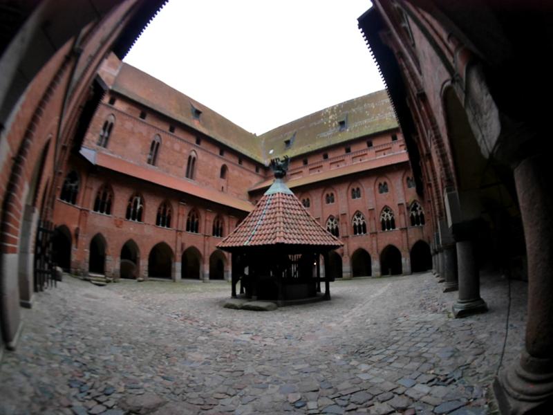 グダニスク ポーランド マルボルク城 タンネンベルクの戦い 北の十字軍 マリーエンブルク ドイツ騎士団   中央に井戸がある高城の中庭 @Zamek w Malborku