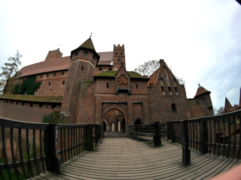 グダニスク ポーランド マルボルク城 タンネンベルクの戦い 北の十字軍 マリーエンブルク ドイツ騎士団   マルボルク城、高城前の橋 @Zamek w Malborku