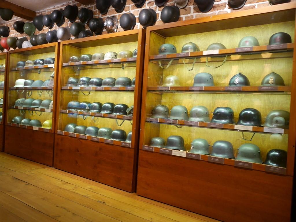 ヴロツワフ ブレスラウ 博物館  軍事博物館 近代ヘルメット陳列 @Muzeum Militariów