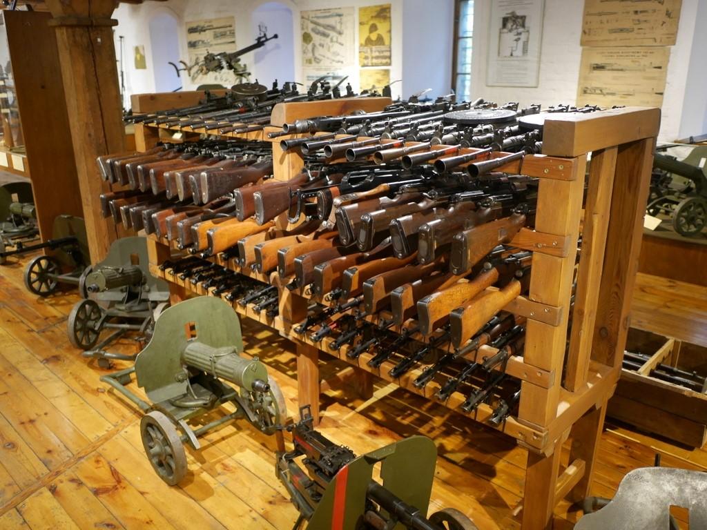ヴロツワフ ブレスラウ 博物館  軍事博物館 小銃、機関銃は武器庫のように同じ物が山のように並ぶ @Muzeum Militariów