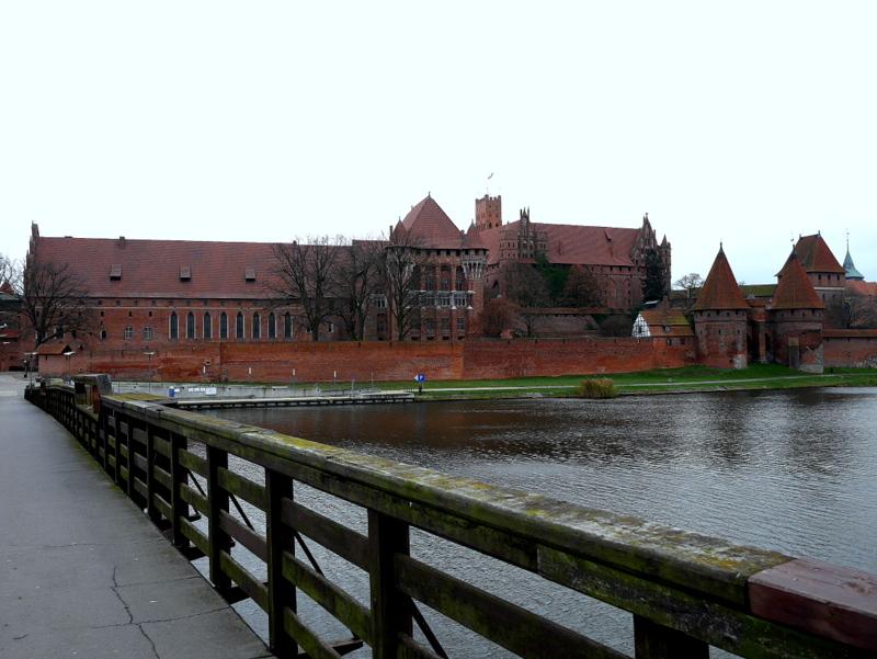 グダニスク ポーランド マルボルク城 タンネンベルクの戦い 北の十字軍 マリーエンブルク ドイツ騎士団   ノガト川から城全景をのぞむ @Zamek w Malborku